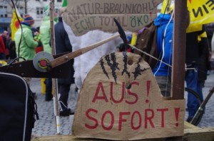 Anti-AKW-Demo-Kiel-12-3-2016-Detail des-kongenialen-Lastenfahrrades-von Christian-Kuhtz-Achten-Sie-auf-die-Bewegungsunschärfe-des-solargetriebenen-Hammers