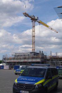 Besetzung Baukran auf Baustelle für Kreuzfahrerterminal in Kiel durch Smash Cruiseshit