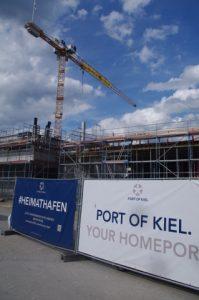 Besetzung Baukran auf Baustelle für Kreuzfahrerterminal von Port of Kiel durch Smash Cruiseshit