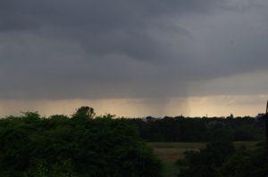 Blick von Elmschenhagen auf Regen in Gaarden, Vieburg...