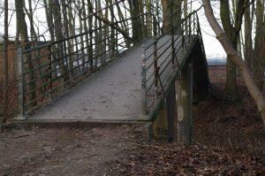 Brücke über Eisenbahngleise im Projensdorfer Gehölz