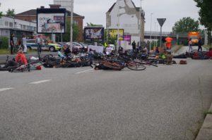 Die-in-Fahrradblockade Werftstraße Kiel Gaarden
