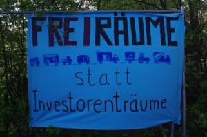 """Freiräume statt Investorenträume - BauwagenaktivistInnen haben einen Teil des """"Möbel-Kraft-Geländes"""" in Kiel besetzt."""
