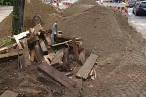 Grob abgemulcht - Baustoffablagerungen verursachen Baumschäden