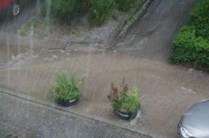 Hagel zeigt Erosion von Wegefläche in Kiel-Gaarden