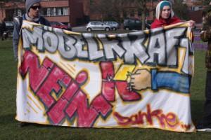 Möbelkraft NEIN Danke. Demo-Transparent für ein JA beim Bürgerbegehren am 23.3. in Kiel.