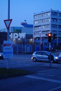 Vierfach illegales Werbeschild der Landeshauptstadt Kiel: Sichtbehinderung, Kreuzungsnähe, Ampelnähe, Anbringung unter Verkehrsschild.