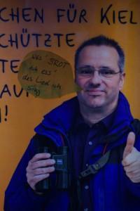 Herr Hammerich gutachtet für die Landeshauptstadt und wirbt für Möbel Kraft. Veränderte Werbetafel des Krieger-Konzerns in Kiel. Privatisierung öffentlichen Eigentums hat viele Facetten. Für eine lebendige Demokratie braucht es öffentliches Eigentum und dessen nachhaltige Bewirtschaftung. Auch deswegen: JA! am 23.3.2014.