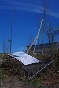 Symbol für Kieler Infrastrukturpolitik: Baustellenschild Zentralbad am Boden