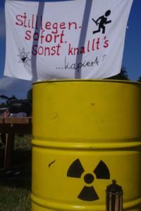 Antiatomcamp Kiel: Atommüllfass und Transparent zur sofortigen Stilllegung aller Atomanlagen