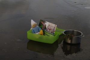 Erste Besucher im Kieler Zentralbad geniessen die umfänglichen Freiluftbereiche des neuen Zentralbades