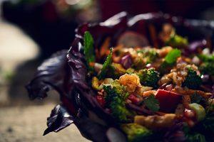 Salat in Rotkohl-Blättern - Foto von Jacob Zimmermann