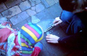 Kinder basteln einen Eis-Fisch