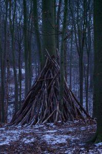 Kinderspiel: Zelt aus Totholz im Düsternbrooker Gehölz
