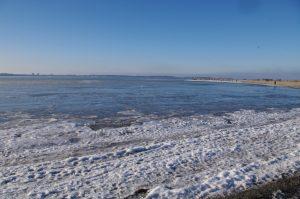 Ostsee zwischen Laboe und Stein mit vereisten Randbereichen