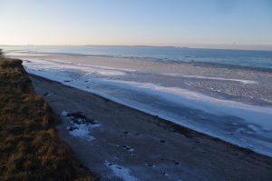 Sandablagerungen der letzten Jahrzehnte ließen Flachwasserbereiche entstehen, die jetzt zufroren: Ostseesteilküste zwischen Laboe und Stein