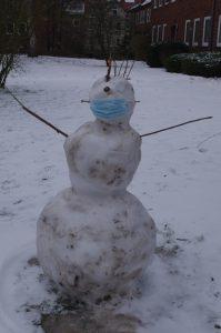 Schneewesen mit Abstand und Maske
