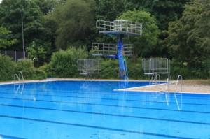 Schwimmbecken Freibad Katzheide am 16.6.2015: Funktionsfähig, gechlort und gereinigt will die Stadt es trotzdem nicht für den Badebetrieb freigeben.