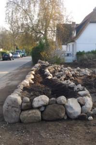 Trockenmauer-Grundstückseinfriedung mit Trockenmauer mit Sitzsteinen