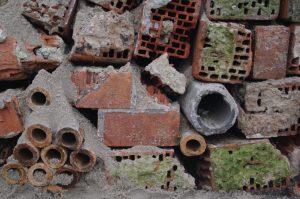 Trockenmauer aus Bauschutt - Detail in der Bauphase