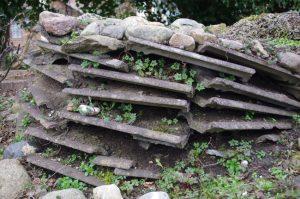 """""""Trockenmauer"""" aus Beton-Dachschindeln"""