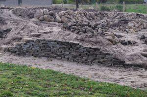Trockenmauer aus Gehwegplattenbruch und Feldsteinen