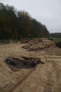 Trockenmauer aus Natursteinen und Bauschutt - Bauphase