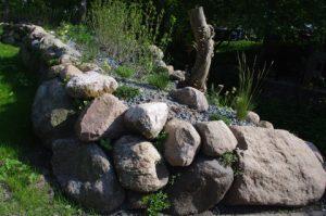 Trockenmauer mit Feldsteinen