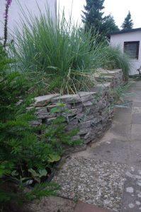 Trockenmauer mit Gehwegplatten-Bruch