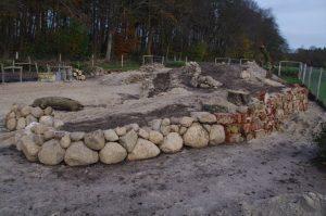 Trockenmauerbau mit Feldsteinen 150-1200 mm und Bauschutt: Hohlziegel, Betonbruch, Ton-Drainrohre - Bauphase