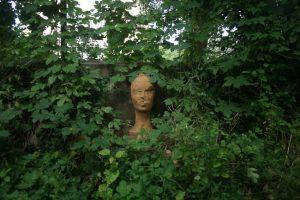 Ungebrannte Lehmskulptur in einem Garten