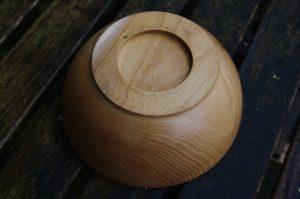 Unterseite einer Schale aus Robinienholz