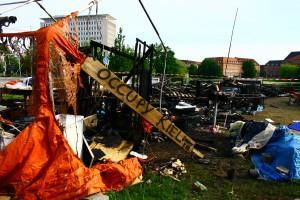 Brand bei Occupy Kiel - im Hintergrund die HSH-Nordbank