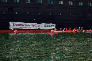 Kreuzfahrtschiffe (k)entern. Transparent bei einer Blockade im Kieler Hafen. Bildrechte: Smash Cruiseshit.