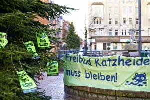 Vinetaplatz Kiel Gaarden: Katzheide muss bleiben.  Aktion von WIR in Kiel im Dezember 2014. Jetzt hatte auf einmal niemand die Absicht eine Mauer um Katzheide zu bauen... Foto: JZ