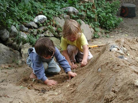 Wasserspiel mit Lehm und Sand - in der Stadt eine seltene Ausnahme.für Kinder. Foto: A. Regner.